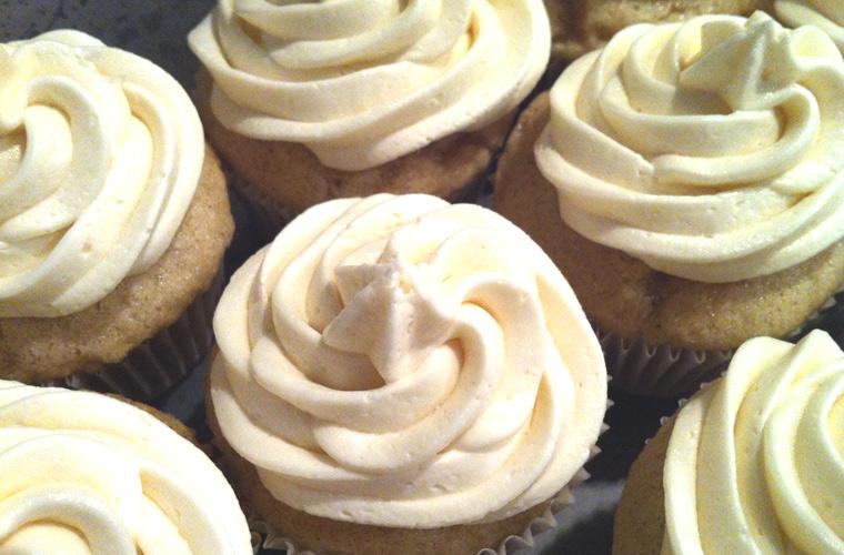 vanilla-cupcakes-and-icing